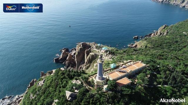 Men theo cung đường ven biển Phú Yên dưới chân đèo Cả, Hải đăng Đại Lãnh sừng sững hiện ra giữa không gian núi non hùng vĩ và biển xanh mênh mông.