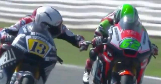 Romano Fenati (trái) đã đưa tay ra bóp phanh xe đối thủ Stefano Manzi khi cả hai đang chạy ở tốc độ 225 km/h