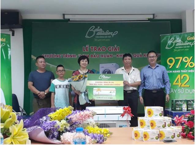 Chị Hà Thị Phương Thảo cùng gia đình nhận giải thưởng 01 chiếc điều hòa Daikin FTKQ25 9000BTU Inverter