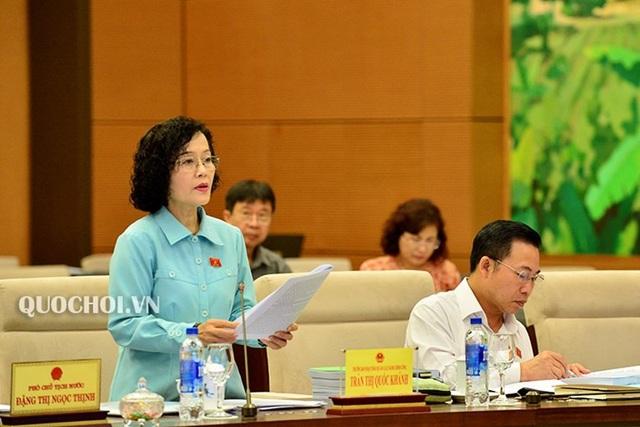 Đại biểu Trần Thị Quốc Khánh tại phiên trình dự án luật do bà đề xuất, xây dựng trước UB Thường vụ Quốc hội.