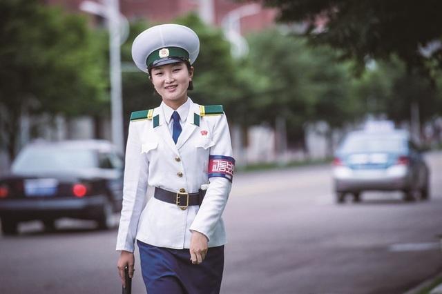 Nữ cảnh sát giao thông Triều Tiên mỉm cười khi nhiếp ảnh gia Nhật Bản chụp năm 2016 (Ảnh: Hatsuzawa Ari)