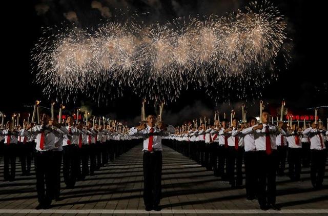 Màn đồng diễn với đuốc diễn ra trong gần một giờ đồng hồ. Đây cũng là sự kiện cuối cùng trong chuỗi sự kiện chào mừng 70 năm Quốc khánh Triều Tiên.