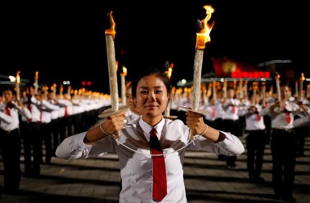"""Hàng nghìn người đồng thanh hô những câu khẩu hiệu như: """"Lãnh tụ tối cao, Đồng chí Kim Jong un muôn năm"""" hay """"Đảng Lao động Triều Tiên muôn năm""""."""