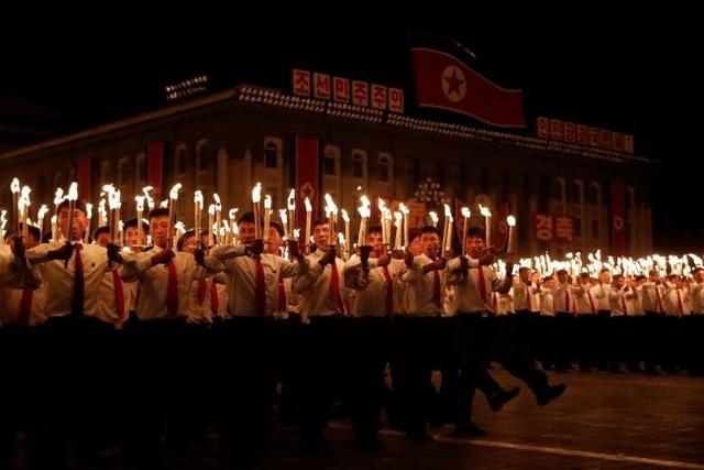 Hàng nghìn người Triều Tiên ngày 10/9 đã tập trung tại quảng trường Kim Nhật Thành ở thủ đô Bình Nhưỡng để tham gia màn đồng diễn với đuốc.