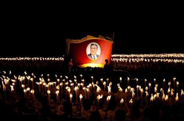 Đoàn đồng diễn rước chân dung cố lãnh đạo Kim Nhật Thành tại quảng trường mang tên ông.