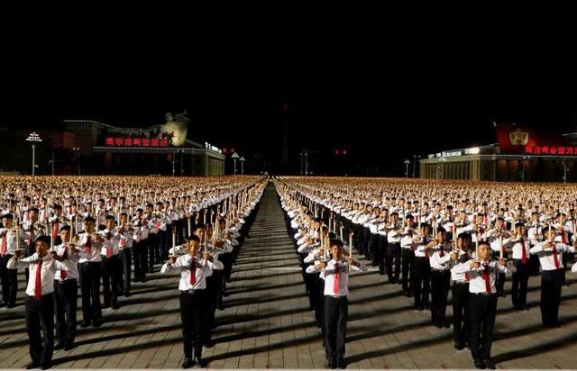 Đồng diễn với đuốc là chương trình có một không hai tại Triều Tiên. Sự kiện này diễn ra vào buổi tối để tạo hiệu ứng đẹp mắt.