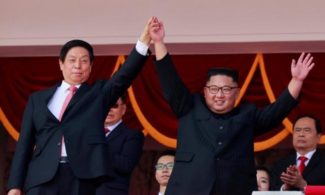 Nhà lãnh đạo Kim Jong-un nắm tay Chủ tịch Quốc hội Trung Quốc tại lễ duyệt binh ở Bình Nhưỡng ngày 9/9 (Ảnh: Reuters)