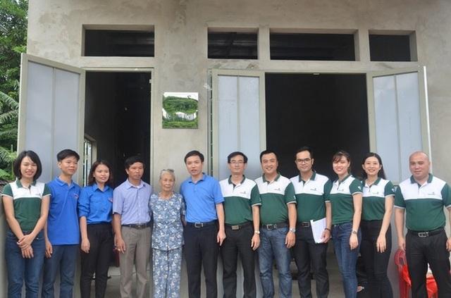 Đoàn viên Vietcombank Quảng Bình và các đại biểu chụp ảnh lưu niệm cùng gia đình bà Ngô Thị Chít
