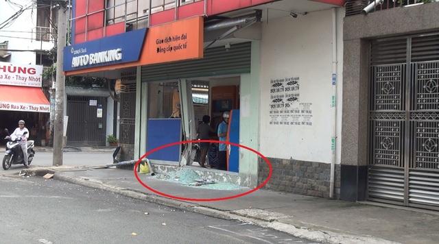 Vị trí cửa kính chịu lực bên hông trụ ATM bị vỡ vụn
