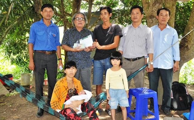 Đại diện bạn đọc Dân trí, Nhà báo Phan Huy - Trưởng VPĐD báo Dân trí tại TP Cần Thơ trao số tiền 335.560.000đồng cho gia đình chị Hồ Thị Quý