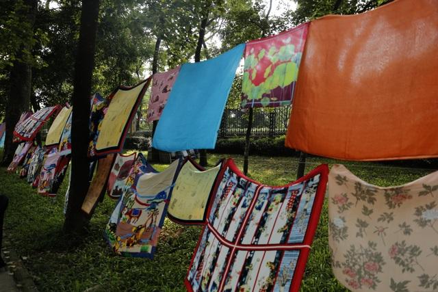 Hơn 100 chiếc khăn lụa Bảo Lộc được trưng bày trong không gian sân khấu. Những chiếc khăn lụa in và nhuộm tay đã làm cho không gian của Núi Nùng trở nên sinh động, khiến công chúng có thể thấy rõ sự sáng tạo trên từng cm từ những bàn tay tài hoa của các NTK và những người thợ thủ công.