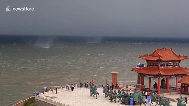 Đây là lần đầu tiên vùng biển này xuất hiện cùng lúc nhiều vòi rồng đến vậy, thu hút sự chú ý của người dân và du khách