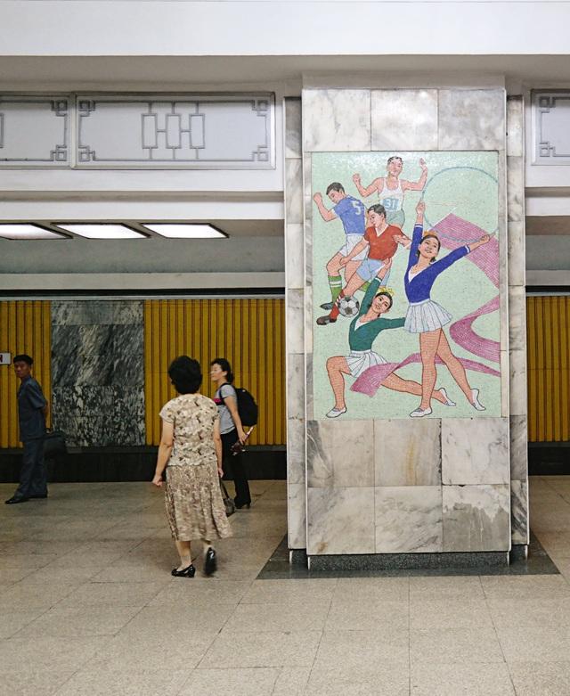 Mặc dù được xây dựng từ lâu song các dịch vụ của hệ thống tàu điện ngầm Triều Tiên khá hiện đại. Số liệu do Triều Tiên công bố cho biết có khoảng 1 triệu lượt người sử dụng dịch vụ tàu điện người mỗi ngày. (Ảnh: Oliver Wainwright/Guardian)