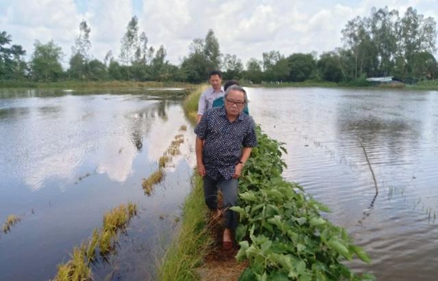 Nhà báo Phan Huy cùng lãnh đạo UBND phường Long Hưng đến tận nhà thăm hỏi và trao tiền nhân ái cho mẹ con chị Hồ Thị Quý