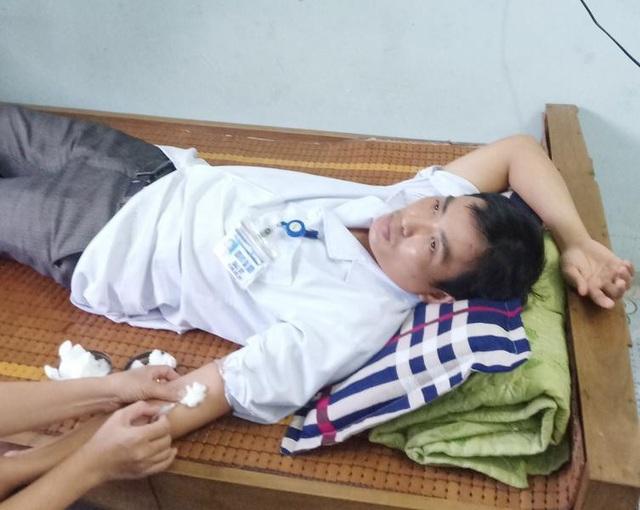 Hành động kịp thời của bác sĩ Hoàng Bá Sơn đã giúp sản phụ T. qua cơn nguy kịch. Ảnh:Nguyễn Duy