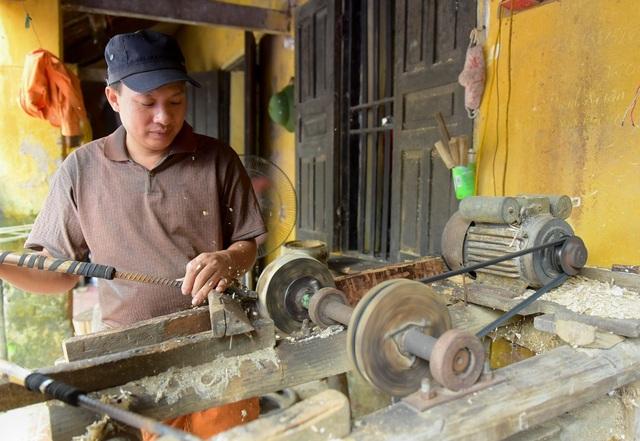 Sau đó, khuôn gỗ sẽ được đem đi tiện bằng máy thành khuôn trống với nhiều loại kích cỡ khác nhau.