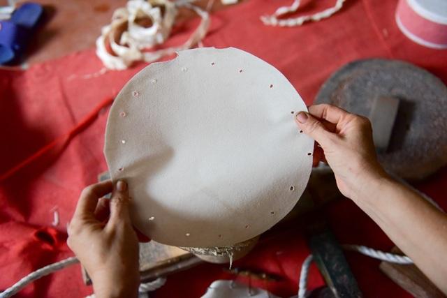 Da mặt trống làm từ da trâu, trống có kêu hay, trong tiếng hay không phần nhiều phụ thuộc vào chất lượng tấm da này. Da được cắt nhỏ theo kích cỡ trống rồi ngâm ngước khoảng 5-7 ngày, sau đó phải phơi khô mới có thể dùng được.