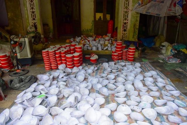 Ngoài làm trống Trung thu, tại làng Hảo còn có các gia đình làm mặt nạ giấy bồi, đèn kéo quân, đầu lân...