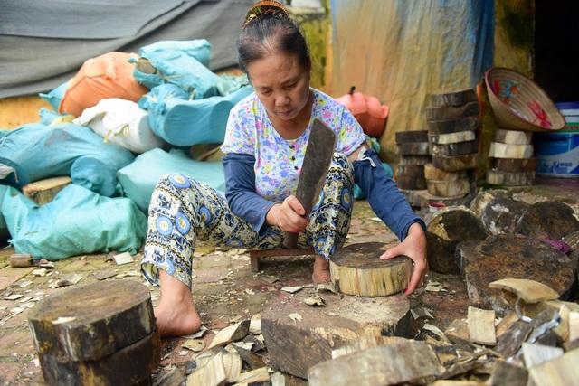 Loại gỗ để làm trống trước kia hay dùng là gỗ mít, nhưng nay sử dụng chủ yếu là gỗ trám, bồ đề hoặc mỡ. Mẹ anh Huy đảm nhiệm công đoạn đầu tiên của làm trống là đẽo gỗ thành hình tròn.