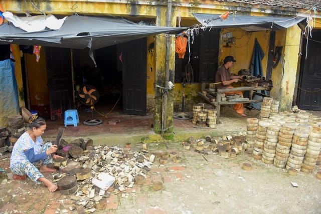Tại làng ông Hảo, gia đình anh Vũ Huy Tự (42 tuổi) đến nay đã có ba đời làm trống Trung thu. Những ngày này cả gia đình tất bận công việc hoàn thiện công đoạn cuối cùng làm ra những chiếc trống đồ chơi truyền thống.