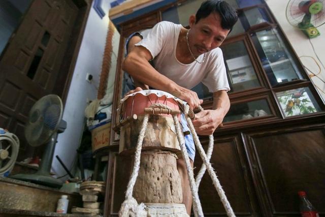 Để mặt trống căng, người làm nghề phải dùng chân dẫm lên mặt trống, cũng để da tràn kín khuôn trống.
