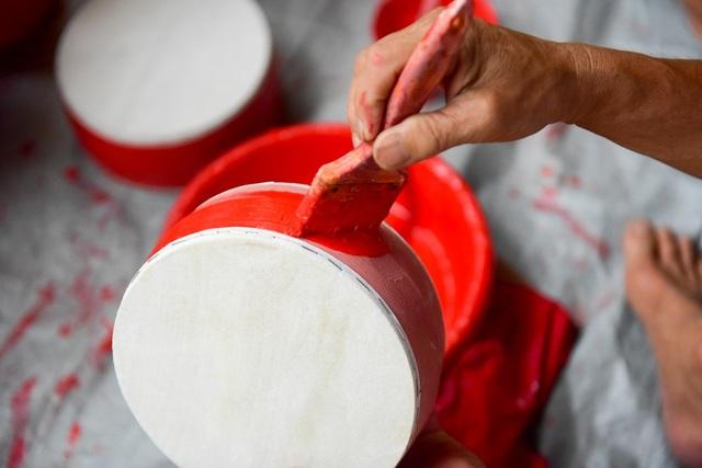 Ông Vũ Huy Linh (người sơn trống) cho biết: Nhìn thì có vẻ dễ nhưng sơn trống không hề đơn giản chút nào. Sơn phải đều, quan trọng nhất là không được dính sơn vào phần da và mặt trống. Nếu dính coi như chiếc trống đó bị lỗi.