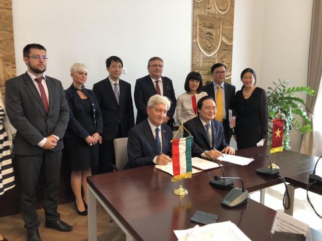 Bộ trưởng Phùng Xuân Nhạ cùng với Bộ trưởng Nguồn nhân lực Hungary