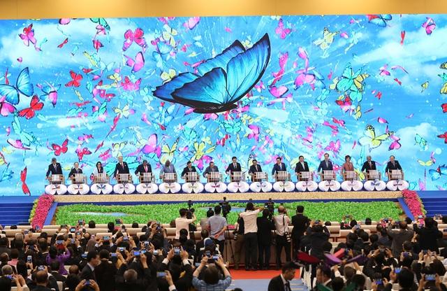 Lãnh đạo các nước ASEAN - Trung Quốc thực hiện nghi thức khai mạc