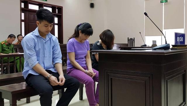 Các bị cáo luôn cúi mặt suốt phiên xử.