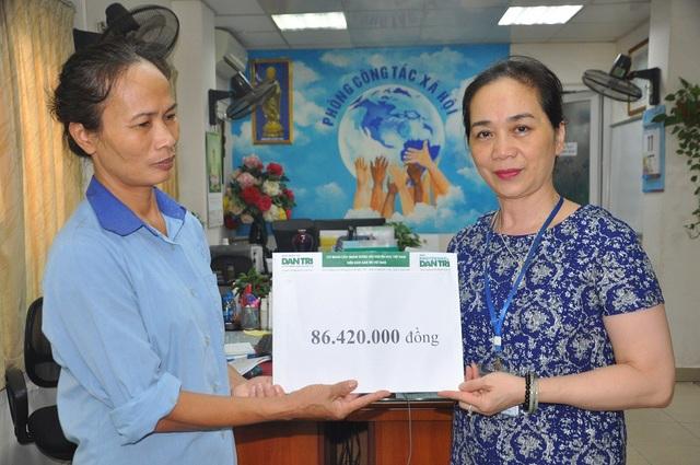 Thạc sĩ Dương Thị Minh Thu- Trưởng phòng CTXH bệnh viện thay mặt trao quà của bạn đọc báo điện tử Dân trí đến gia đình cháu Dương.