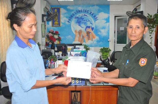 Chị Nga trích ra 20.000.000 đồng để giúp bệnh nhân người Lào, bé Si von.