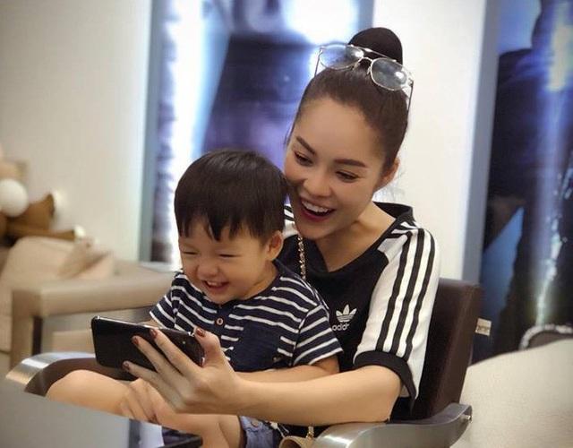 Trên trang cá nhân, Dương Cẩm Lynh thường xuyên chia sẻ hình ảnh hạnh phúc bên con trai
