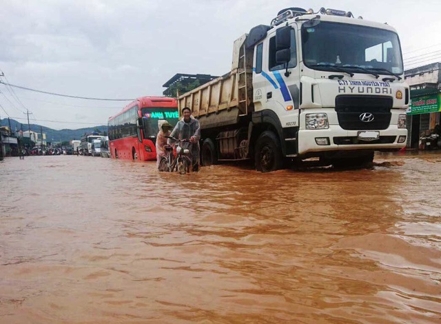 Trận mưa lớn tối qua khiến nhiều đoạn đường ở Lâm Đồng bị ngập nước