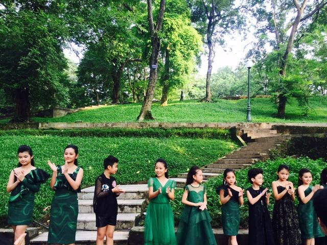 Núi Nùng rất xanh sau cơn mưa rào vội vàng để lại một màu xanh mướt mát tô điểm cho những BST trong ngày đầu tiên của Tuần lễ Thời trang Việt Nam Xuân - Hè 2019 trở nên thanh thoát.