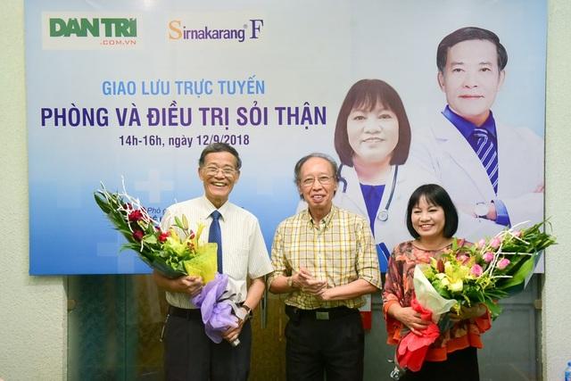 Tổng biên tập báo Dân trí Phạm Huy Hoàn tặng hoa hai bác sĩ tham gia buổi giao lưu. Ảnh: Toàn Vũ