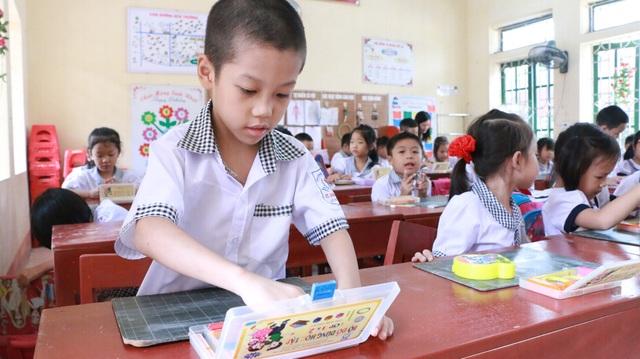 Học sinh sử dụng bộ đồ dùng học tập môn Tiếng Việt CNGD tại Trường tiểu học Vĩnh Trụ (huyện Lý Nhân, Hà Nam). (Ảnh: Đ. Cường)