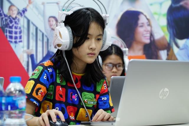 Học sinh tham gia bài kiểm tra trình độ trước khi tuyển sinh.