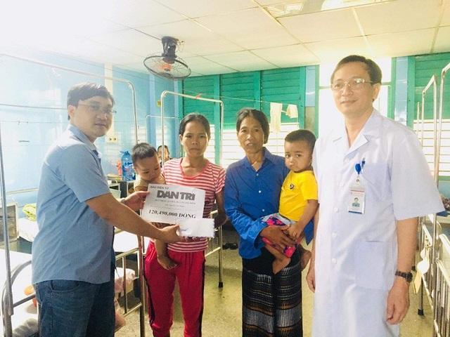 Phóng viên Dân trí cùng lãnh đạo Bệnh viện Hữu nghị Việt Nam - Cu Ba Đồng Hới trao tiền của bạn đọc cho gia đình cháu Nguyễn Văn Son
