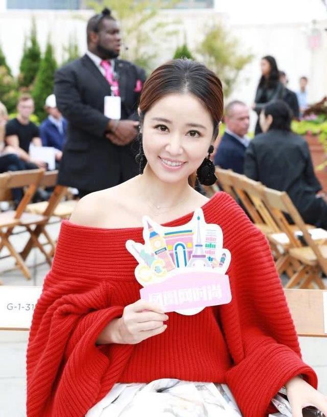 Lâm Tâm Như tham dự một show diễn thời trang thuộc tuần lễ thời trang New York tại Mỹ, ngày 11/9. Ngôi sao xứ Đài trang điểm theo phong cách nhẹ nhàng, tự nhiên.