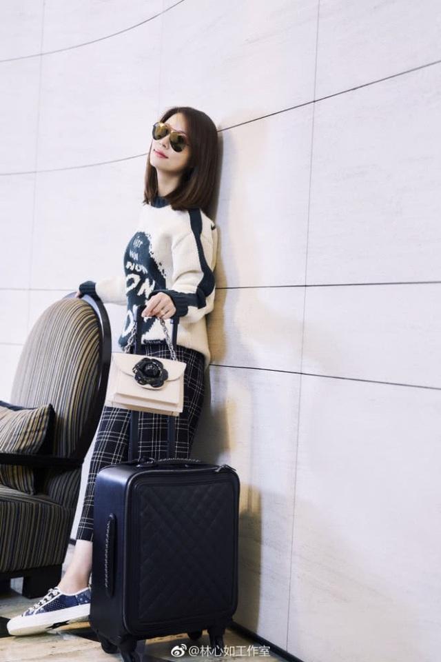 Bà mẹ 42 tuổi sở hữu phong cách thời trang trẻ trung và cá tính. Lâm Tâm Như thích trang điểm theo phong cách tự nhiên, đi giày thể thao, áo phông, áo nỉ và chân váy.