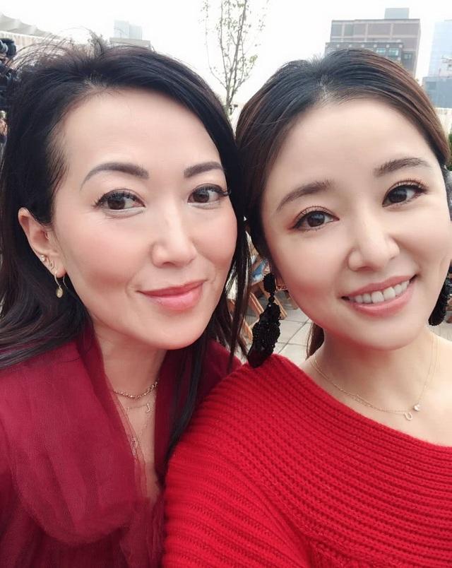 Lâm Tâm Như là một trong những vị khách hiếm hoi đến từ châu Á tại tuần lễ thời trang New York năm nay. Cô diện chân váy trẻ trung kết hợp với áo len lệch vai.