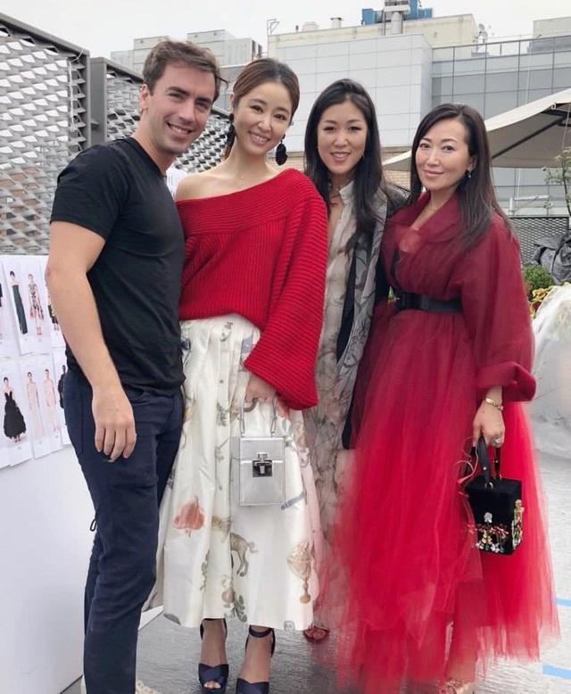 Lâm Tâm Như chụp hình kỷ niệm với các đồng nghiệp đến từ châu Á. Cô luôn là người nổi bật và xinh đẹp nhất.