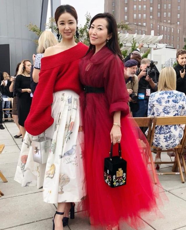 Sau khi bị cư dân mạng chỉ trích lạm dụng chỉnh sửa ảnh và bắt đầu để lộ những nếp nhăn trên gương mặt, Lâm Tâm Như đã tái xuất cực kỳ ấn tượng và rạng ngời tại tuần lễ thời trang New York.