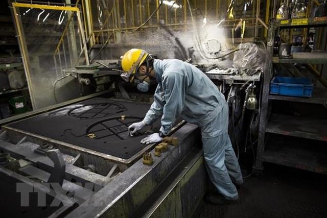 Công nhân làm việc tại một nhà máy ở Otawara, tỉnh Tochigi, Nhật Bản. (Ảnh: AFP/TTXVN)