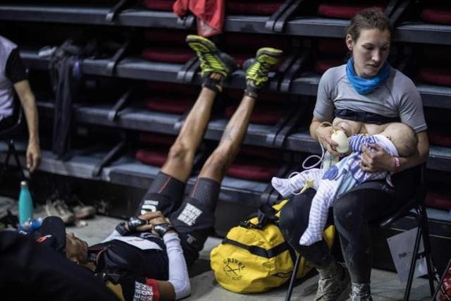 Trong khi những thí sinh khác ngồi hoặc nằm nghỉ ngơi thì Sophie không quên trách nhiệm làm mẹ