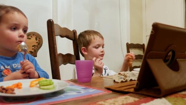 """Các chuyên gia cho biết, cách """"đánh lừa"""", dụ dỗ để trẻ ăn thông qua các hoạt động này vô hình chung khiến trẻ như một cỗ máy chỉ biết há miệng, nhai và nuốt. Bản thân trẻ không được kích thích bởi thần kinh, từ đó dịch vị không tiết ra để tiêu hóa thức ăn. Dẫn đến thức ăn khó tiêu, khó hấp thu hết các dưỡng chất trong thức ăn. Vì thế, bố mẹ tưởng bé ăn, hấp thu dinh dưỡng nhưng kết quả thì phản ngược lại."""