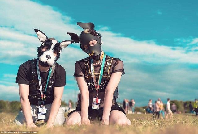 Một cặp đôi chụp hình tại lễ hội Northern Pride ở Newcastle, Anh