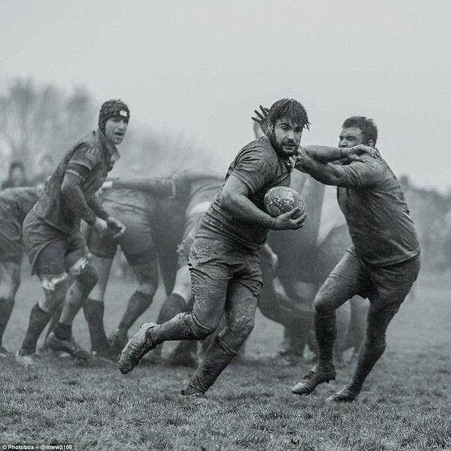 Một nhóm các cầu thủ trong trận đấu bóng bầu dục ở East Sussex.