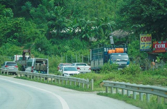 Rất nhiều xe ô tô trong hành trình trên cao tốc đã tạt vào quán cơm, đỗ kín bãi xe lậu ven đường.