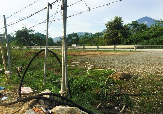 Cao tốc Nội Bài - Lào Cai có 2 lớp bảo vệ là rào lưới B40 và lan can tôn lượn sóng, nhưng đã bị người dân phá bỏ để mở lối vào hàng quán.
